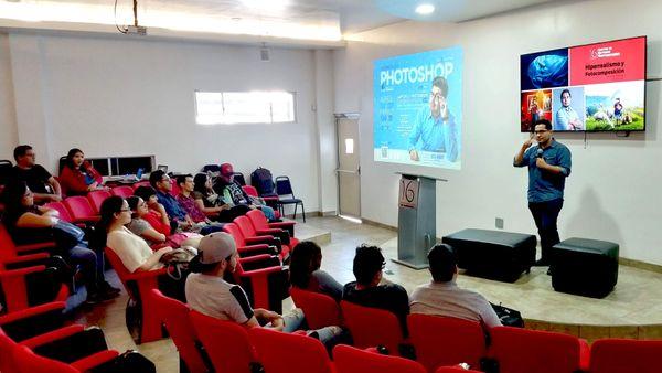 """Estudiantes de Diseño Gráfico tienen la platica """"Hiperrealismo y fotocomposición"""" impartida por Oscar Alcántara"""