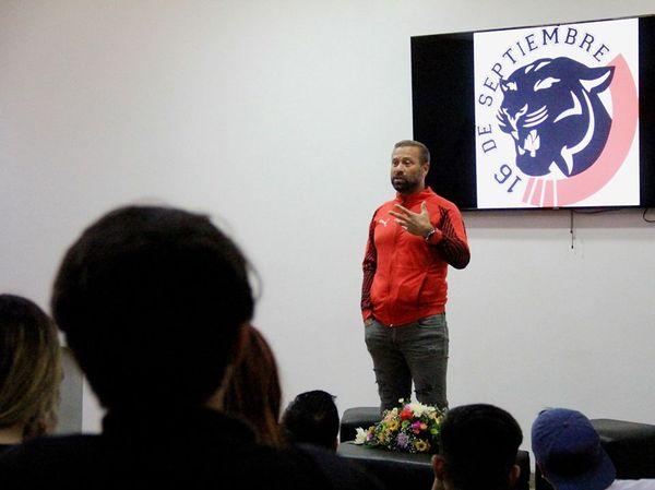 DA CHARLA MOTIVACIONAL                     A ESTUDIANTES EL EX FUTBOLISTA IGNACIO VÁZQUEZ